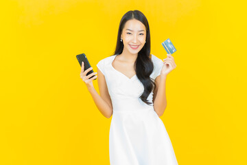 Obraz Portrait beautiful young asian woman smile with credit card - fototapety do salonu