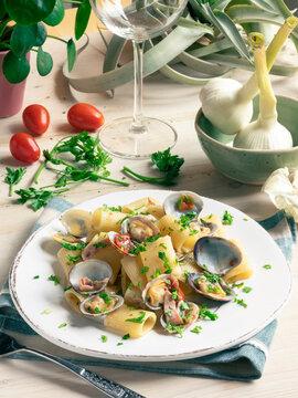 Appetitoso piatto di pasta con vongole veraci, totani e pomodorini