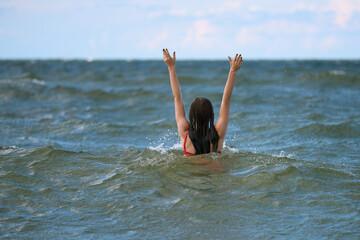 Fototapeta Młodzież, studenci, przyjaciele bawią się na falach ciepłego morza. Czysta lazurowa woda, w tle błękitne niebo. obraz