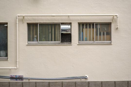 ビル壁面の配管の様子