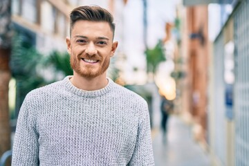 Fototapeta Young caucasian man smiling happy standing at the city. obraz