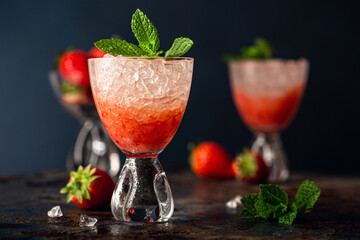 Obraz Fresh cocktail with crushed ice, strawberry and mint - fototapety do salonu