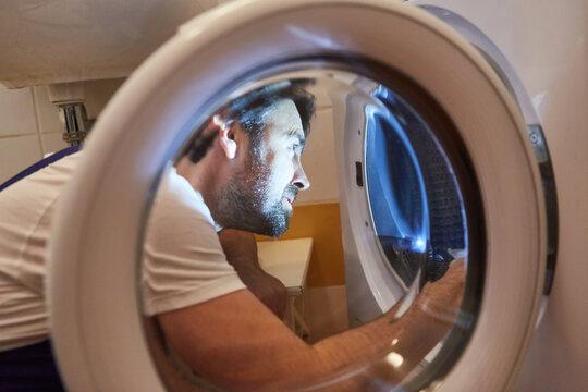 Handwerker bei der Reparatur einer Waschmaschine