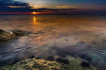 Skały na wybrzeżu morza Adriatyckiego w Grecji o wschodzie słońca