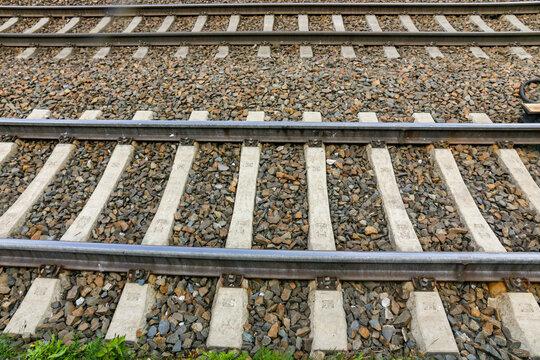 Eisenbahn - Schienen und Schwellen im Gleisbett