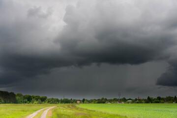 Burzowe chmury nad rozległą równiną.