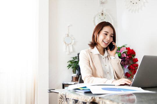 家で仕事の電話をする妊婦
