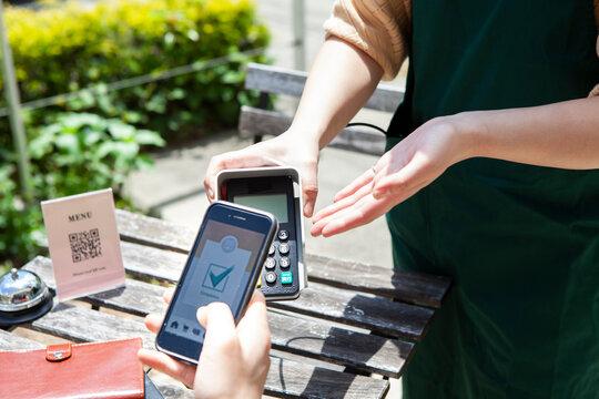 カフェでのスマートフォンを使ったキャッシュレス決済