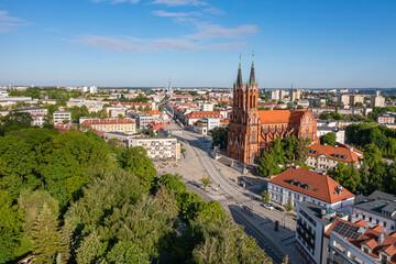 Obraz Białystok, widok z lotu ptaka na Farę, Rynek Kościuszki i koło widokowe - fototapety do salonu