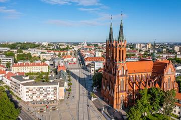 Obraz Białystok, widok z lotu ptaka na Farę, Rynek Kościuszki, koło widokowe i napis #Białystok - fototapety do salonu
