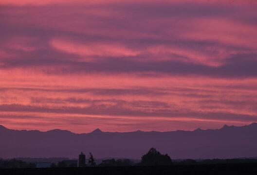 朝焼けの農場風景