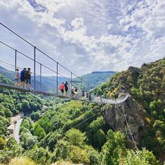 Obraz People On Mountain Against Sky On A Bridge - fototapety do salonu