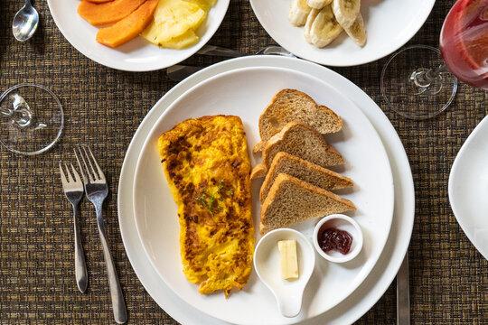 desayuno, en a mañana o merienda en las tar en hotel con fruta fresas melon sandia huevos revueltos tostadas mantequilla con mermelada jugo de mora cereales con yogurt