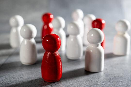 白い人形に混ざる赤い人形