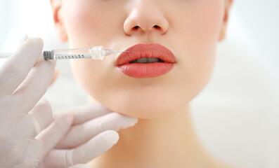 Obraz Woman receiving beauty injection in lips - fototapety do salonu