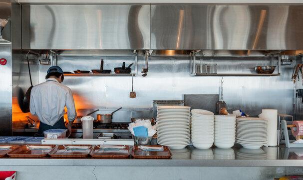 レストランの厨房 料理人シェフが調理をしているようす