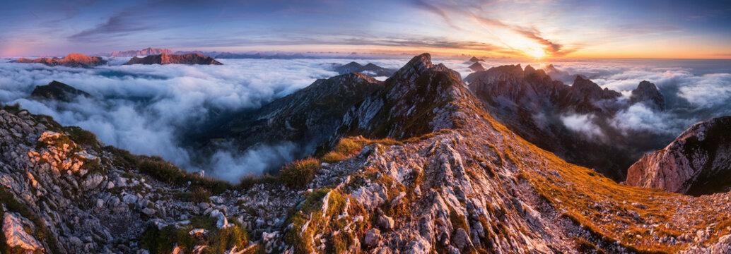 panorama über nebelmeer in den bayrischen alpen bei sonnenuntergang