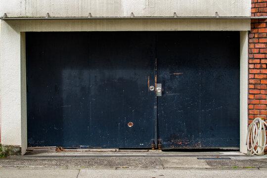 黒い鉄製の扉