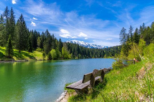 Holzbank am Grubsee mit Blick auf die Alpen