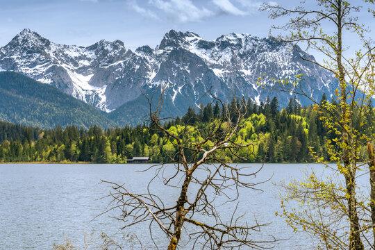 Barmsee bei Krün am Ufer mit Alpenpanorama
