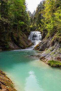 Idyllischer Wasserfall Obernachkanal bei Wallgau in Oberbayern