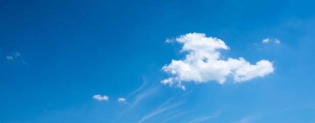 Biała chmura na tle błękitnego nieba. Header