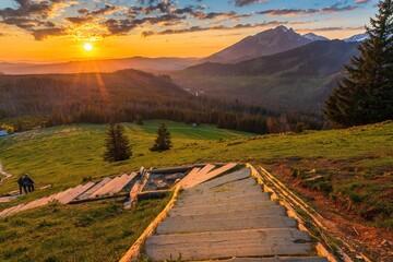 Widok na wschód słońca ze schodów na Gęsią Szyję o wschodzie słońca
