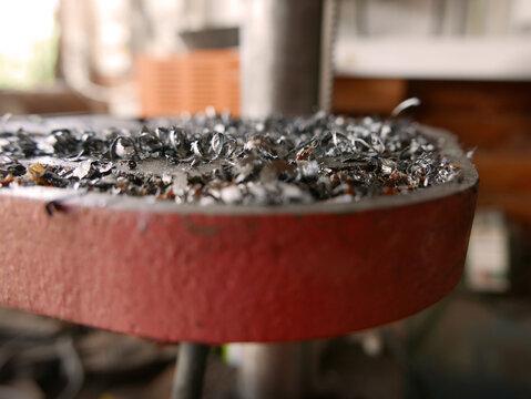 vista ravvicinata di trucioli di ferro in un laboratorio