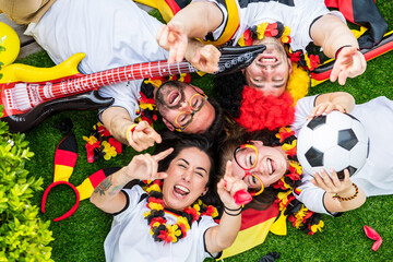 Obraz Gruppe glücklicher Fußballfans aus Deutschland feiern gemeinsam einen Meisterschaft Sieg - fototapety do salonu