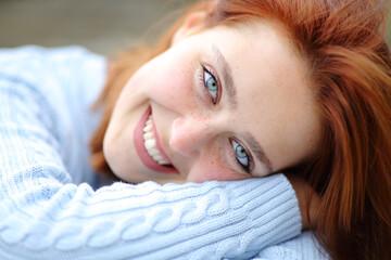 Obraz Beautiful woman with blue eyes looking at camera - fototapety do salonu