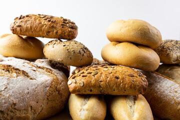 Różne rodzaje pieczywa na białym tle. Chleb i bułki.