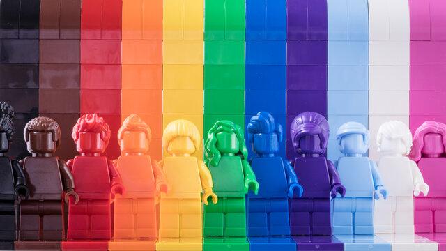 Lippstadt - Deutschland 7. Juni 2021 11 monochrome Legofiguren in den Regenbogenfarben