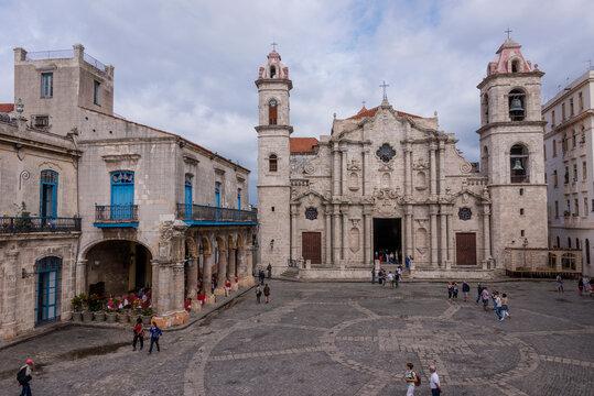 Vista aérea de la Catedral de la Virgen María de la Concepción Inmaculada de La Habana en Cuba