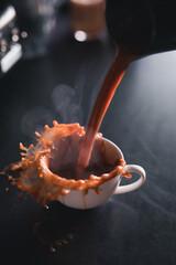 Obraz Kawa i sposób jej przygotowywania przez bariste w kawiarni. - fototapety do salonu