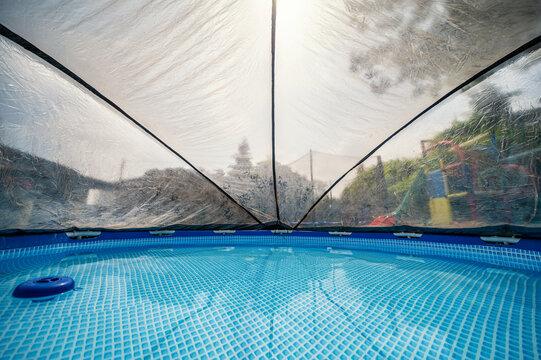 Pool mit Überdachung als Schutz vor Verschmutzung und zum Erwärmen des Wassers