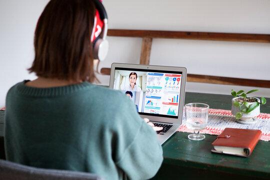 自宅でオンライン会議をする女性