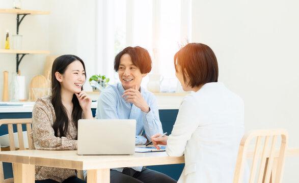 ミーティングするカップルと女性担当者