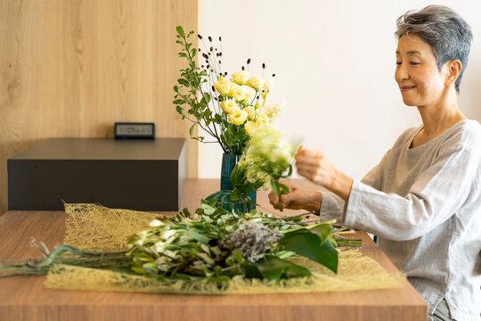 花を活ける日本人シニア女性