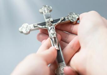 Fototapeta Jezus na krzyżu. Figurka ukrzyżowanego Jezusa Chrystusa. Symbol religii chrześcijańskiej.  obraz