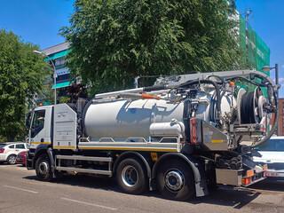 ciężarówka specjalistyczna transport pojazd biały
