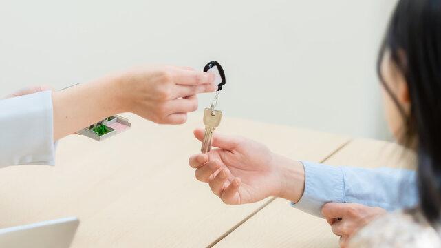 部屋の鍵の受け渡し