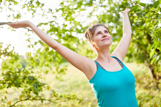 Frau beim Dehnen und Atmen von frischer Luft
