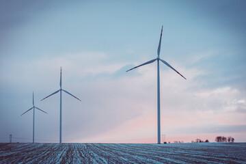 Zimowy krajobraz z turbinami wiatrowymi