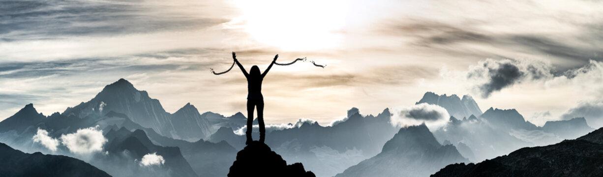Eine Frau sprengt ihre Ketten auf einem Gipfel
