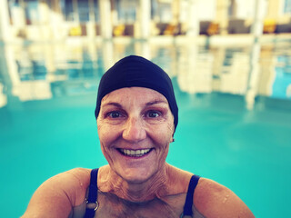 Fototapeta Portrait Of A Smiling Women In Swimming Pool obraz