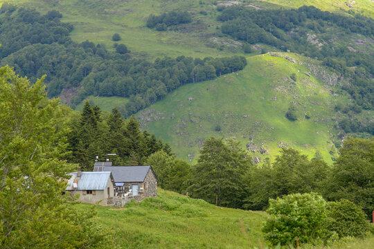 Casita en los Pirineos franceses. Cabaña en una ladera del Pirineo francés, en las cercanías de Borce.