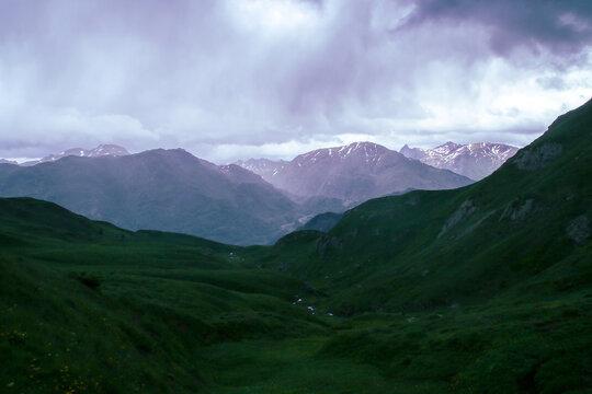 Impresionante paisaje de alta montaña verde y nevado. Se encuentra en el lado norte (francés) de los Pirineos cerca del pueblo de Borce en un día nublado de junio.