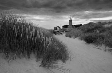 Latarnia morska Na wybrzeżu Morza Bałtyckiego, Kołobrzeg, Polska.