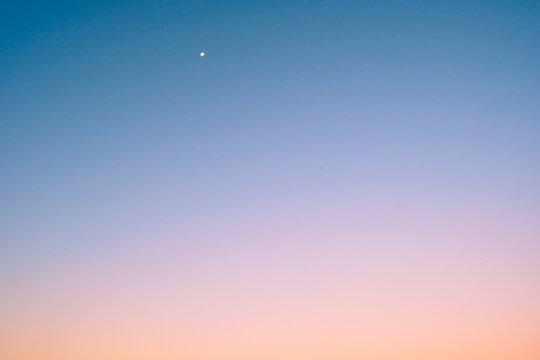 グラデーションと月
