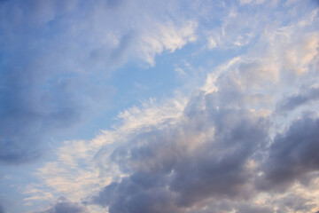 Lekko zachmurzone niebo.